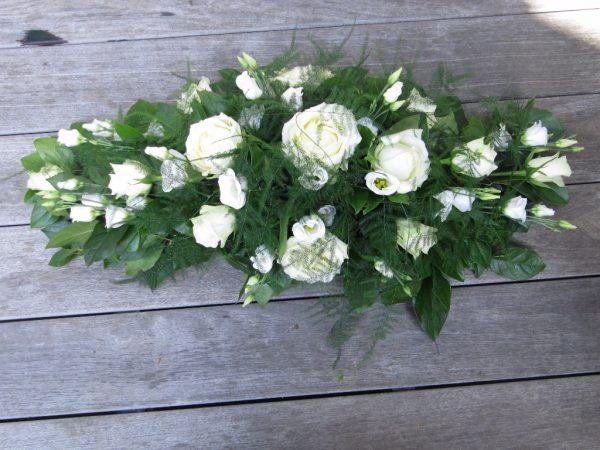 Bloemstuk Ovaal Met avalancheroos wit klein roosje lysianthus en asparagus