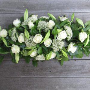 ovaal-bloemstuk-met-avalanche-lelie-en-trachelium
