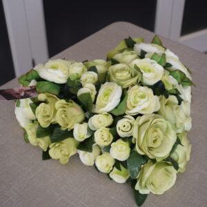 Bloemstuk hart wit kleine en grote rozen