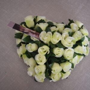 Bloemstuk klein hart witte roosjes
