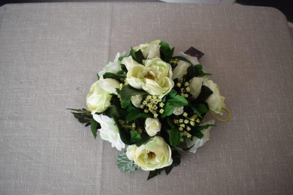 Bloemstuk rond ranonkel - 2 rozensoorten