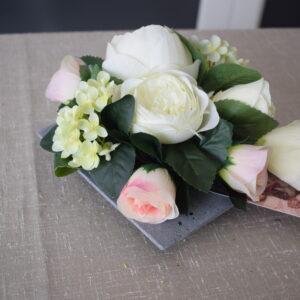 Bloemstuk vierkant schaal 2 rozensoorten - hortensia - lisianthus