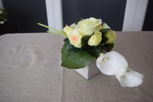 Bloemstuk vierkant stenen pot 2 rozensoorten en calla
