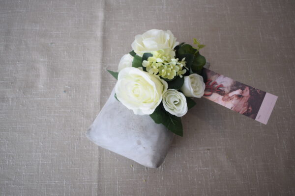 Bloemstuk stenen kussen wit 2 rozensoorten